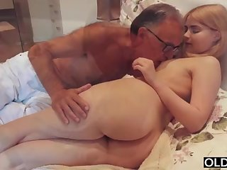 legal yo lady smooching and pokes her step daddy in his bedroom